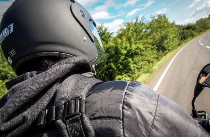 バイクに乗って走る
